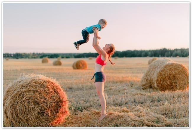 Анна Денисова з сином в поле
