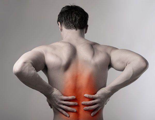 Розтягнення м`язів спини - чоловік тримається за спину
