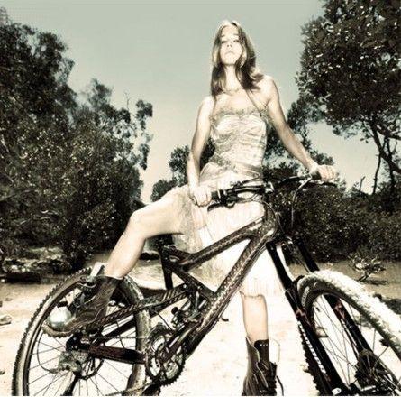 дівчина і велосипед