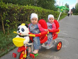 Двомісний велосипед для двійні
