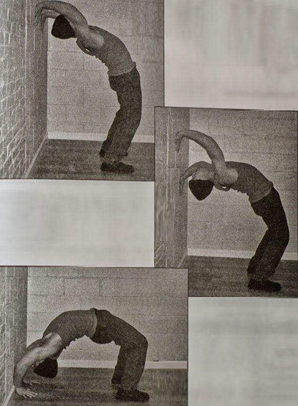 Спуск руками по стіні