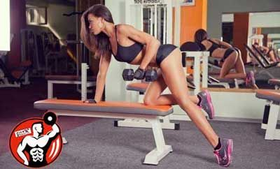 дівчина тренується