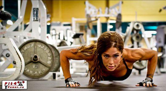 Дівчина тренується в тренажерному залі