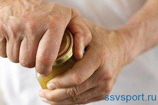 Скутість суглобів і м`язова слабкість пальців