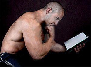 Бодібілдер читає книгу _ Bodibilder chitaet knigu