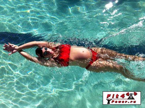 Вагітна дівчина плаває