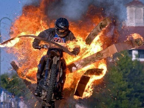 Каскадер на мотоциклі
