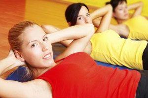 Посилена тренування преса в тренажерному залі для дівчат і жінок.